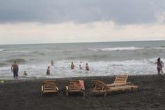 Sunbeds на пляже погода тускловатая жизнь пляжа overcast Стоковые Фото