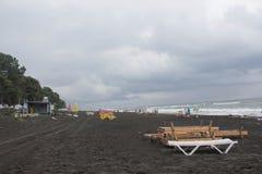 Sunbeds на пляже погода тускловатая жизнь пляжа overcast Стоковые Изображения
