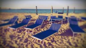 Sunbeds на пляже Стоковые Изображения