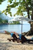 Sunbeds на пляже Стоковые Изображения RF