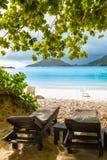 Sunbeds на пляже в Сейшельских островах Стоковая Фотография RF