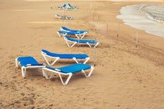 Sunbeds на пляже моря, взгляд сверху Стоковые Изображения