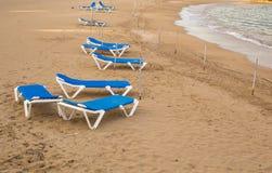 Sunbeds на пляже моря, взгляд сверху Стоковое Изображение