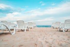 Sunbeds на пляже моря Стоковые Изображения RF