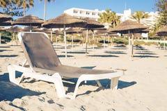 Sunbeds на пляже моря Стоковое Изображение