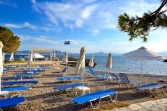 Sunbeds на пляже на роскошной гостинице Стоковые Фотографии RF