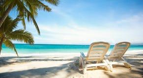2 sunbeds на пляже рая Стоковая Фотография RF
