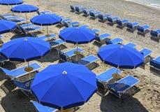 Sunbeds на пляже рая Стоковое Изображение