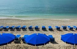 Sunbeds на пляже рая Стоковые Изображения RF