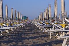 Sunbeds на пляже Стоковые Фото