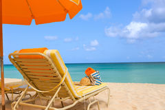 Sunbeds на пляже Стоковое фото RF