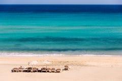 Sunbeds на пляже Стоковое Изображение RF