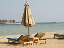 Sunbeds на тропическом пляже Стоковые Фотографии RF