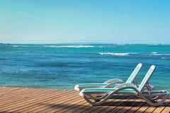 2 sunbeds около океана Стоковая Фотография