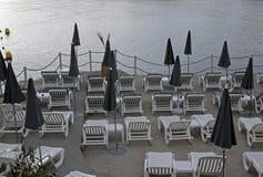 Sunbeds пластмассы пляжа Стоковое Фото