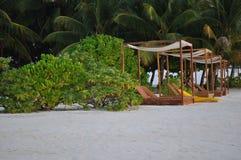 Sunbeds пляжа острова Мальдивов Стоковые Изображения RF