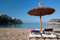 Sunbeds пляжа с полотенцами и зонтиком Стоковое Изображение RF