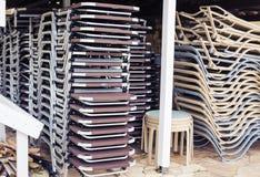 Sunbeds салона складывают вверх в ряд Стоковое Изображение RF