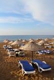 Sunbeds с зонтиками на пляже песка Стоковые Фото