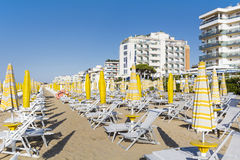 使与sunbeds和遮阳伞的看法靠岸在白色沙滩 免版税图库摄影