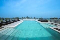 Sunbeds alla piscina dell'albergo di lusso Immagini Stock Libere da Diritti
