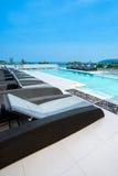 Sunbeds alla piscina dell'albergo di lusso Fotografie Stock