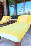Sunbeds amarillos en el cuarto del balcón Imagenes de archivo