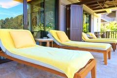 Sunbeds amarillos en el cuarto del balcón Foto de archivo