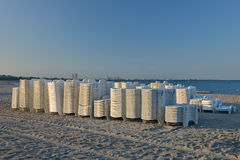 Sunbeds auf dem gestapelten Strand, bereiten vor, auf den Strand zu en gesetzt zu werden Lizenzfreies Stockbild
