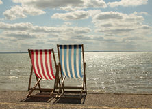 Sunbeds auf dem Strand Stockbilder