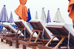 Sunbeds auf dem Strand Stockfoto