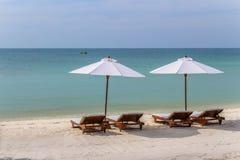 Sunbeds auf einem weißen Sandstrand mit Türkismeer Stockfotos