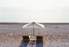 Sunbeds auf sandigem Strand am schwülen Tag, Budva Riviera, Montenegro Stockfoto