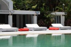 Sunbeds bij de pool Stock Afbeelding