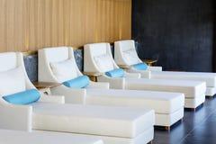 Sunbeds brancos luxuosos dos termas Foto de Stock