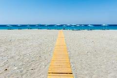 Sunbeds con gli ombrelli alla spiaggia Fotografie Stock Libere da Diritti