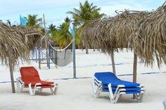 Sunbeds con los paraguas de los turistas y del tou que esperan del sol para Imagen de archivo libre de regalías