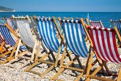 Sunbeds de Colorurful en la playa Fotos de archivo libres de regalías