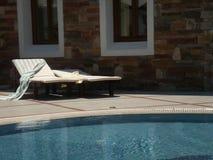 Sunbeds de la piscina fotos de archivo