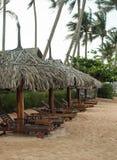 Sunbeds de madera en la playa de la monzón Imagenes de archivo