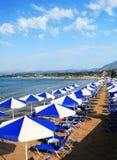 Sunbeds an der Kreta-Rücksortierungvertikale stockfotos