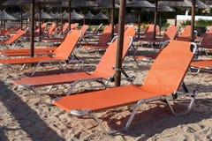 Sunbeds des vacances de plage sablonneuse image stock