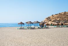 Sunbeds e guarda-chuvas da palha na praia Imagens de Stock Royalty Free
