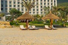 Sunbeds e guarda-chuvas na praia de Nha Trang, Vietname Foto de Stock Royalty Free