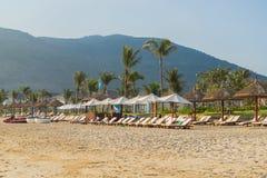 Sunbeds e guarda-chuvas na praia de Nha Trang, Vietname Imagens de Stock Royalty Free