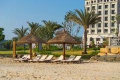 Sunbeds e guarda-chuvas na praia de Nha Trang, Vietname Imagem de Stock
