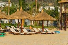 Sunbeds e guarda-chuvas na praia de Nha Trang, Vietname Fotos de Stock Royalty Free