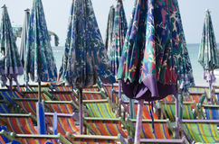 Sunbeds e parasóis Imagem de Stock Royalty Free