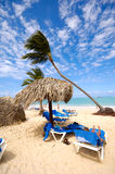 Sunbeds e parasole Immagine Stock