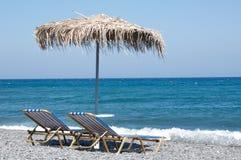 Sunbeds ed ombrello Immagine Stock